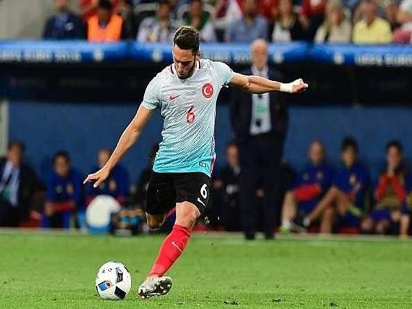 AC Milan chốt giá bán Hakan Calhanoglu