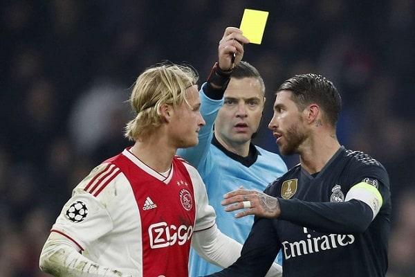 Tẩy thẻ là gì? Tác dụng của tẩy thẻ trong bóng đá là gì?